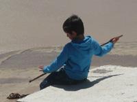 Foto de niño a orillas del río